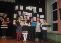 Grupa pięciu dziewczynek gra na flażoletach