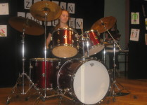 Dziewczynka grająca na perkusji
