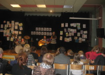 Wychowawczyni klasy 1F śpiewa i gra na gitarze