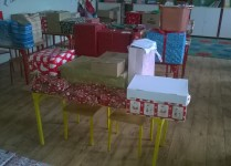 Kartony i pudła zapakowane w kolorowe, świąteczne papiery
