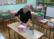 p. Ania podczas pakowania prezentów