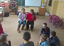 Dwie dziewczynki z klasy 3B czytają dzieciom z oddziału przedszkolnego
