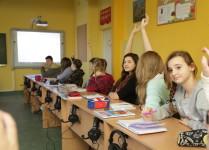 dzieci zgłaszające się w czasie lekcji