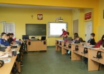 dzieci w czasie lekcji języka angielskiego w pracowni językowej
