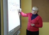 nauczycielka pisząca na tablicy interaktywnej