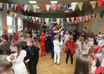 dzieci tańczą z nauczycielami w auli szkoły