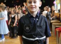 chłopiec w stroju policjanta