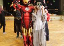 chłopiec w stroju ninja z kolegą - wilkiem