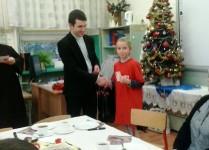 ks. Mateusz składa świąteczne życzenia jednej z dziewczynej z koła Caritas.