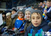 Dzieci z naszej szkoły pozujące do zdjęcia na trybunach Inea Stadionu