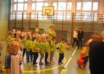 dzieci stoją w rzędach, czekają na swoją kolej startu