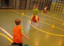 dziewczynka w zielonej koszulce skacze na piłce