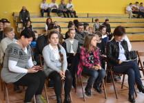 Dzieci i rodzice siedzacy na widowni oczekują na występy