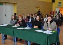 Jury konkursu zasiadające przy stolikach przykrytych zielonym materiałem. W tle widownia.