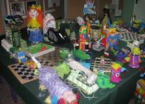 Wystawa prac konkursowych wśród nich: telefon z pudełka po jajkach, piłkarzyki z kartonu i klamerek, szachy z kartonu i plastikowych nakrętek.