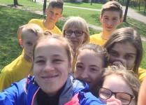 """""""Selfie"""" dzieci, które wzięły udział w biegu razem z opiekunką."""