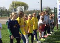 Dziewczynki na starecie bieku - pośród nich grupa z naszej szkoły w zółtych koszulkach.