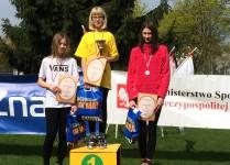 Wiktoria najlepsza! Na najwyższym stopniu podium stoi dziewczynka z naszej szkoły w żółtej koszulce, niżej dziewczynka w białej koszulce, na trzecim miejscu dziewczynka w różowej bluzie.