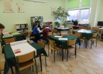 Dzieci w sali ICM roozwiązują krzyżówki i rebusy