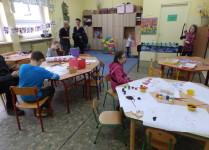 Sala świetlicowa. Dzieci przy stolikach malują i tworzą różne prace plastyczne