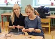 Warsztaty robienia biżuterii. 2 nauczycieli pokazują jak stworzć własną biżuterię