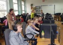 Dzieci w pracowni komputerowej