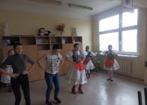 Dziewczynki w węgierskich strojach ludowych świczą węgierskie tańce przed występem