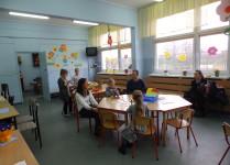Świetlica szkolna. Dzieci wykonują prace plastyczne