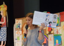 Autorka książek o Cioci Jadzi prezentuje w ręce swoją książkę