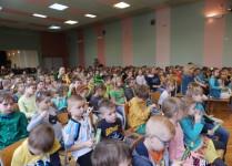 Aula szkoły po brzegi wypełniona dziećmi, które przyszły na spotkanie z p. Elizą Piotrowską