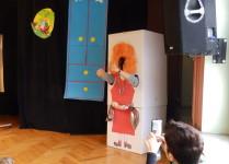 Podobizna Cioci Jadzi zrobiona z kartonu z wycięciem na twarz i ręce tak, by można było zrobić sobie w nim zdjęcie. W środku Pani Eliza Piotrowska