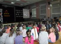 Dzieci w auli szkoły