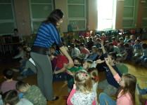 Dzieci w auli szkoły odpowiadają na pytania