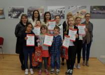 Laureaci konkursu trzymający w rękach dyplomy , wraz znimi opiekunowie - nauczyciele języka angielskiego