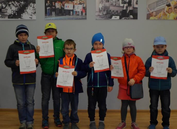 Dzieci z naszej szkoły które wzięły udział w konkursie, w rękach trzymają dyplomy uczestnictwa