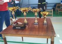 Cztery złote puchary ustawione według wielkości od największego - nagrody za turniej do najmniejszego