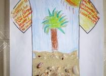Rysunek t-shirtu. Na środku koszukli palma na piasku. Do piasku przyklejone muszelki