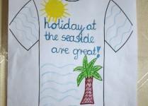 """T-shirt z napisem """"Holiday at the seaside are great!"""" Na obrazku pakma, morskie fale i słońce."""