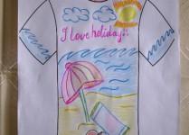 Różowy napis I Love holiday. Plaża, parasol, ręcznik i kapelusz. W tle morskie fale.