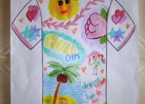 Kolorowy t-shirt pełen kswiatów, wody, palm i słońca