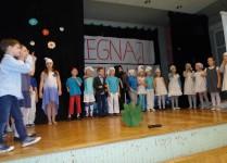 Dzieci w strojach smerfów na scenie