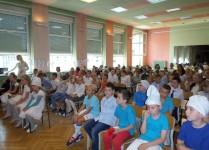 Dzieci zgromadzone w auli szkolnej podczas przedstawienia