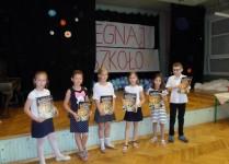Dzieci nagrodzone w konkurskach wiedzy z książkami i dyplomami