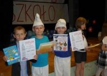 Chłopcy w strojach smerfów z dyplomami za udział w konkursach