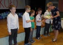 Pani Dyrektor wręcza dzieciom nagrody za udział w konkursach