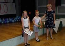 Dziewczynki uchonorowane nagrodami za udział w konkursach wraz z Panią Dyrektor
