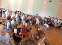 pierwszoklasiści i dzieci z oddziałów przedszkolnych podczas przedstawienia