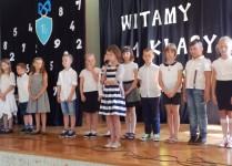 Dzieci z klasy 3d występują na scenie