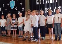 dzieci z klasy 3d podczas przedstawienia