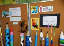 Kolorowe ołówki stąjące w holu szkoły